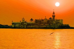 Haji Ali By Humayunn Peerzaada AKA HumFur from Mumbai, India - CC BY-SA 2.0, https://commons.wikimedia.org/w/index.php?curid=1763752